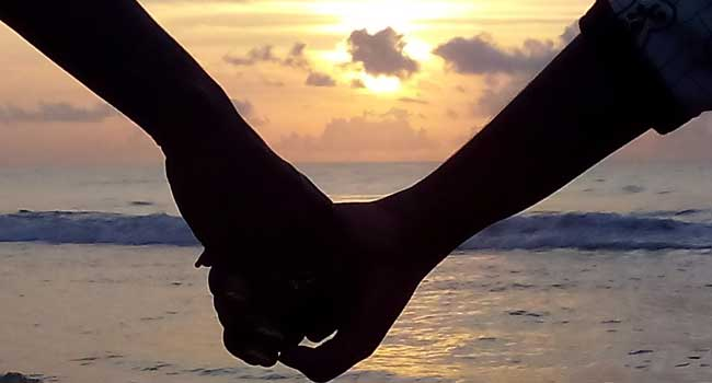 couples-therapy-650x350px-Holding_hands_2